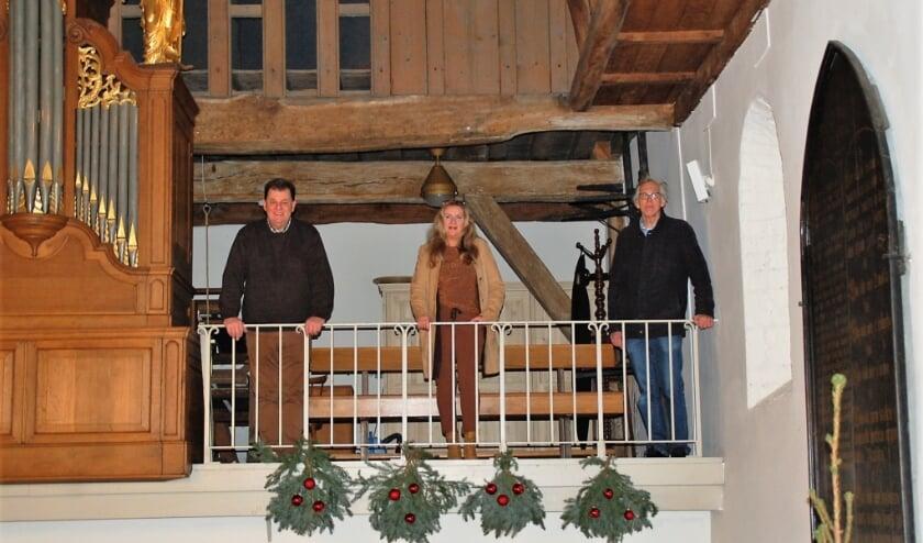Bestuursleden Judith Warris, Arthur de Vries en Erik van Ingen zouden vanaf het koor kunnen zingen over al het moois in de 'onbekende parel' het Boterkerkje.