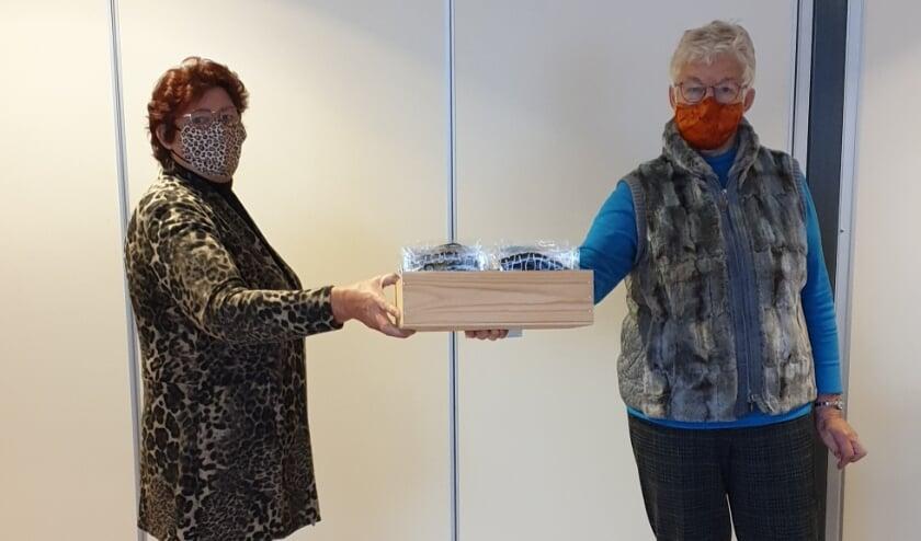 <p>&nbsp;Riek van Werven en Ans Luttik met de mondkapjes.</p>