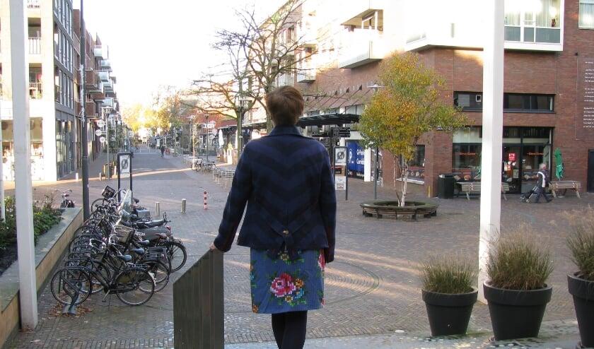 <p>&#39;Frieda&#39; op de stoep van het gemeentehuis in Veenendaal. De plek die ze zo goed kent en waar ze de weg vond om uit haar schulden te kunnen komen. (Foto: Gertjan van Capellen)</p>