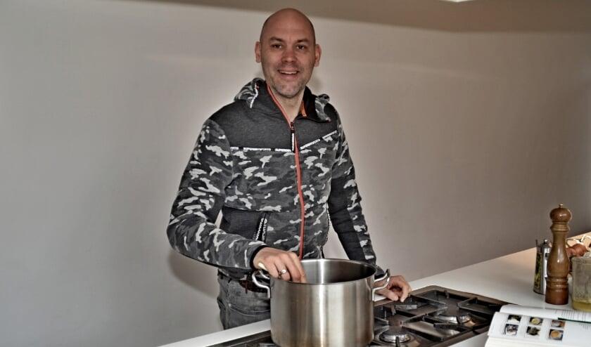 <p>Onno Allart is er in zijn grote keuken in de Boomgaarden helemaal klaar voor &nbsp;(foto Jan Boer)</p>