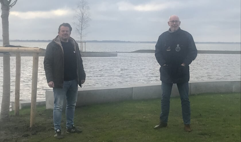 <p>Projectleider gemeente Harderwijk Erik Hamelink (l) en Reijer Roelofsen voorzitter IJsclub Volmoed trots op de nieuwe ijsbaan (foto: Marco Jansen)</p>