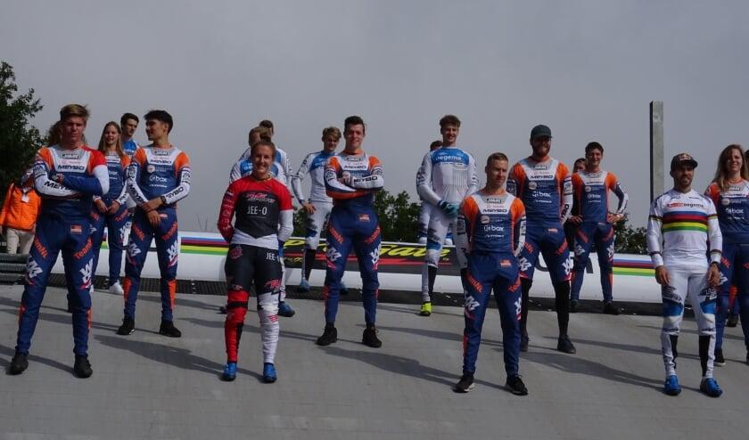 Ook de Nederlandse BMX-toppers Laura Smulders (voorste rij, twee van links) en wereldkampioen Twan van Gendt (rechts) zullen bij de UEC BMX European Cup op Papendal aan de start verschijnen.