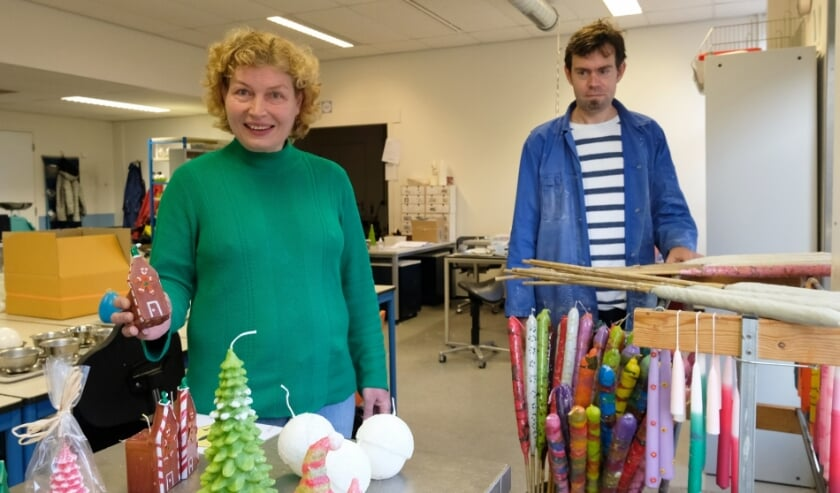<p>Marjan en Rutger werken in het kaarsenatelier van Abrona.&nbsp;</p>