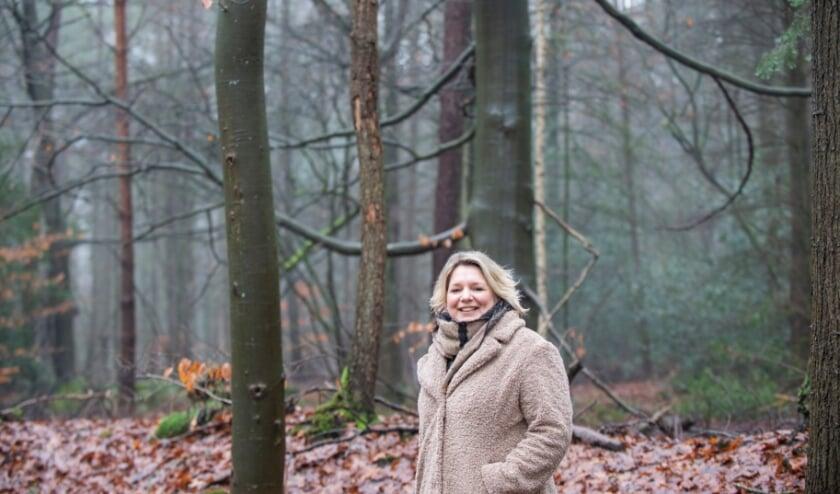 <p>Martine van der Snel is werkzaam als uitvaartbegeleider. Ze doet deze week mee met de &#39;Wandeling van de week&#39; en vertelt tijdens deze ochtend uitgebreid over allerlei facetten van haar werk. Foto: Dennis Dekker, www.mediamagneet.nl</p>