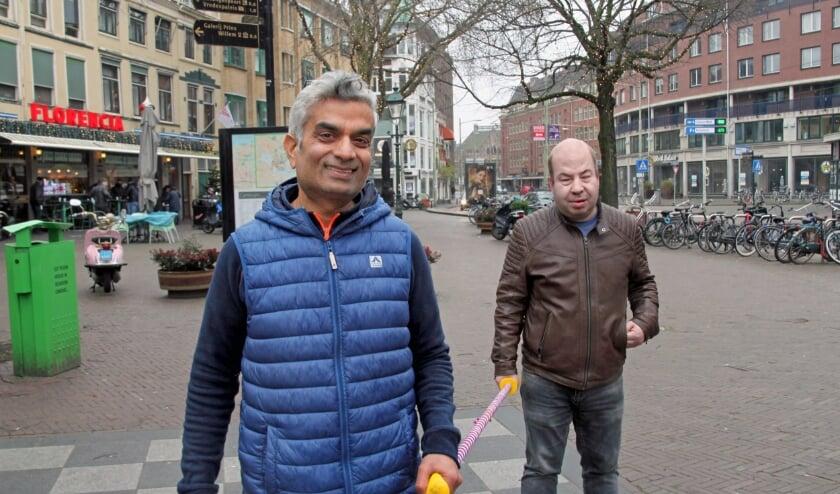 <p>Frank Kanhai en Erol Gunes in de Torenstraat tijdens hun wandeltocht (Foto: Peter van Zetten)&nbsp;</p>