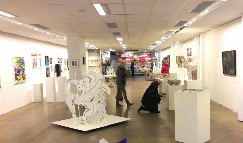 <p>Nu een enorme lichte ruimte, vol met schilderijen en andere kunstvoorwerpen.</p>