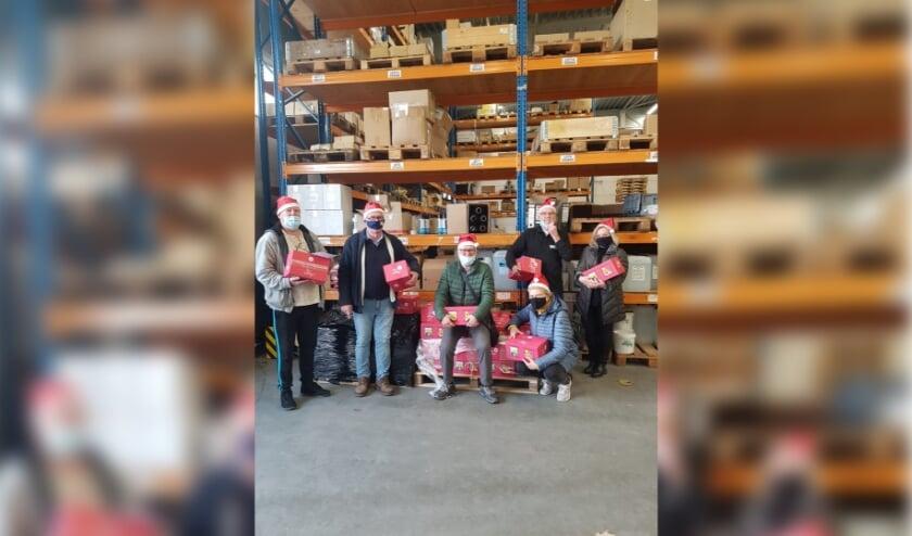 <p>Aan de vaste bezoekers van de Derde Helft (Bakkie Doen) bij PPSC is een kerstbox bezorgd door de ouderenraad van PPSC. (Foto: Priv&eacute;)</p>