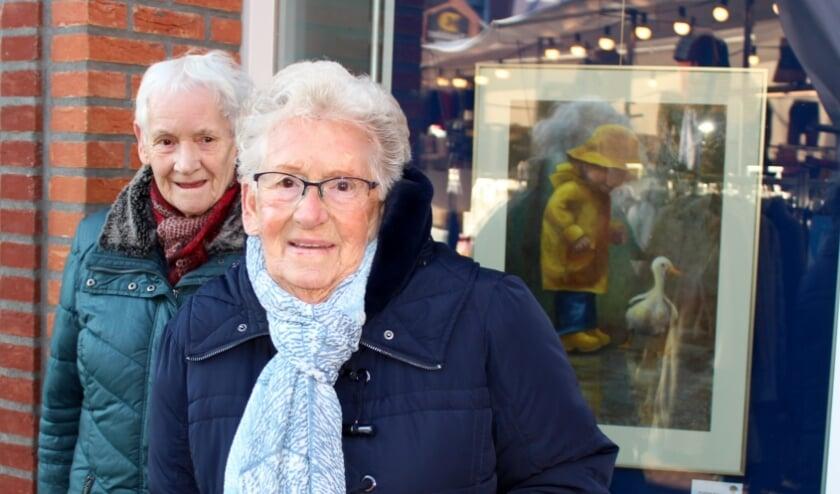 <p>Adrie Vuyk (re) en Corrie Vermeulen bij hun favoriete schilderij: &#39;Jongen en eend&#39; van Annemiek Berkouwer. FOTO: Morvenna Goudkade</p>