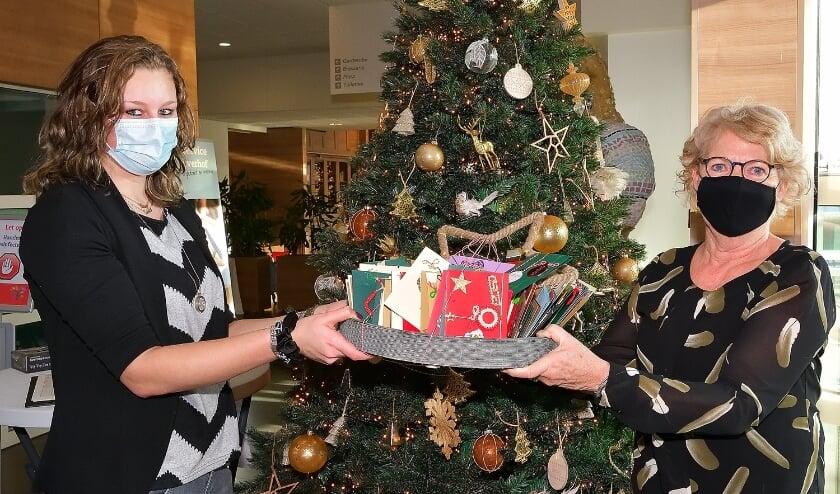 <p>Jannie van der Heijden - Groen (rechts) heeft onlangs 160 kerstkaarten afgeleverd voor de bewoners van De Vijverhof. (Foto: Jan van der Arend)</p>