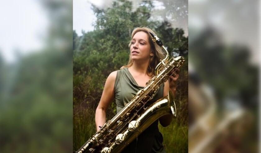 <p>Muziekdocente en saxofoniste Hanneke Coolen zorgt ervoor dat haar leerlingen en iedereen die het leuk vindt zich tijdens de lockdownweken kan vermaken met een muzikale speurtocht.</p>