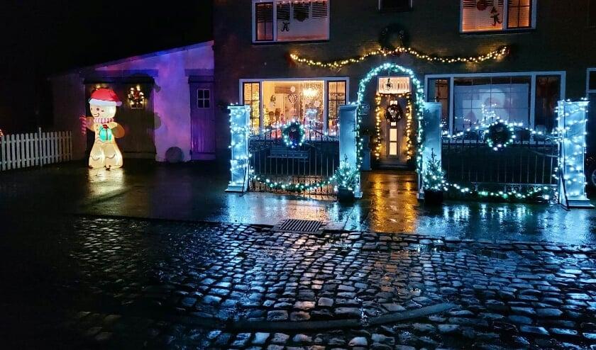 <p>Vanuit de auto zie je het huis van Mario, Desiree en Esmeralda in Draaibrug al van verre liggen.</p>
