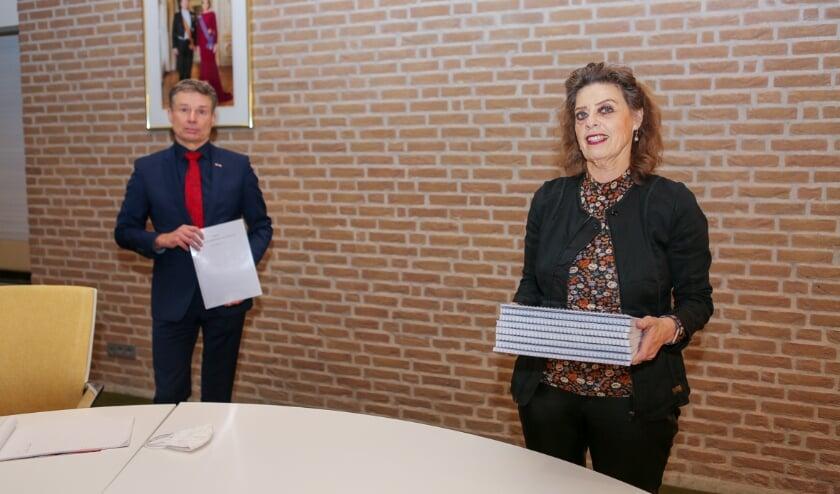 <p>Gladys Schellart heeft de petitie van omwonenden van de mogelijke toekomstige woonwijk de Biezenkampen aangeboden aan burgemeester Huub Hieltjes. (Foto: Rene Nijhuis)</p>