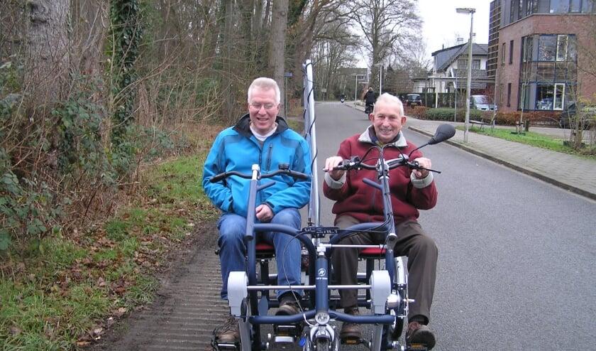 <p>Harm (l) en Jan op de nieuwe electrische duofiets met Corona spatscherm. (foto Gerreke van den Bosch)</p>