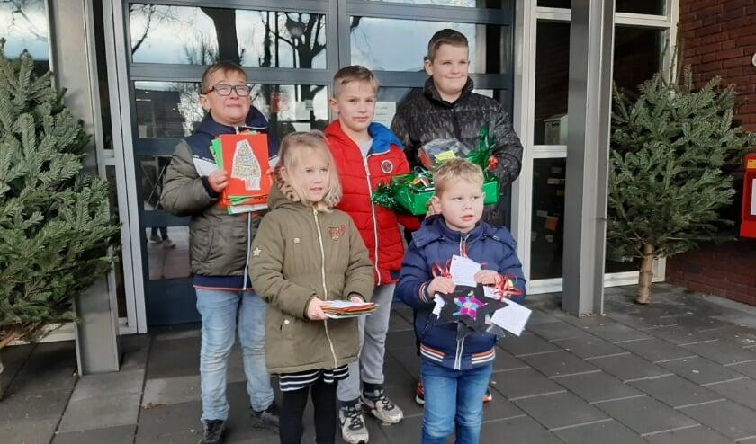 <p>Leerlingen van basisschool IKC De Groene Ring in Duiven voor de ingang van zorgcentrum Thuvine.</p>