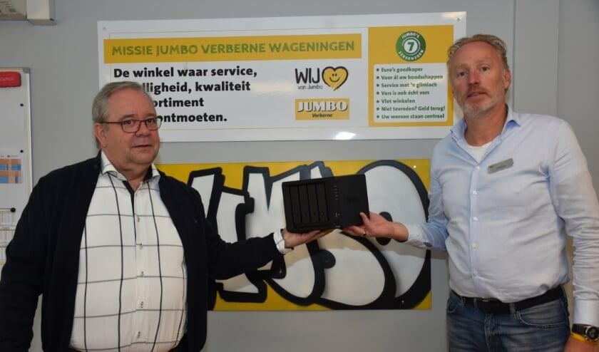 <p>Frits Huijbers (voorzitter HVOW) ontvangt van George Verberne (Jumbo) een paar dozen met ICT-hardware. Foto Jan Elsenaar</p>