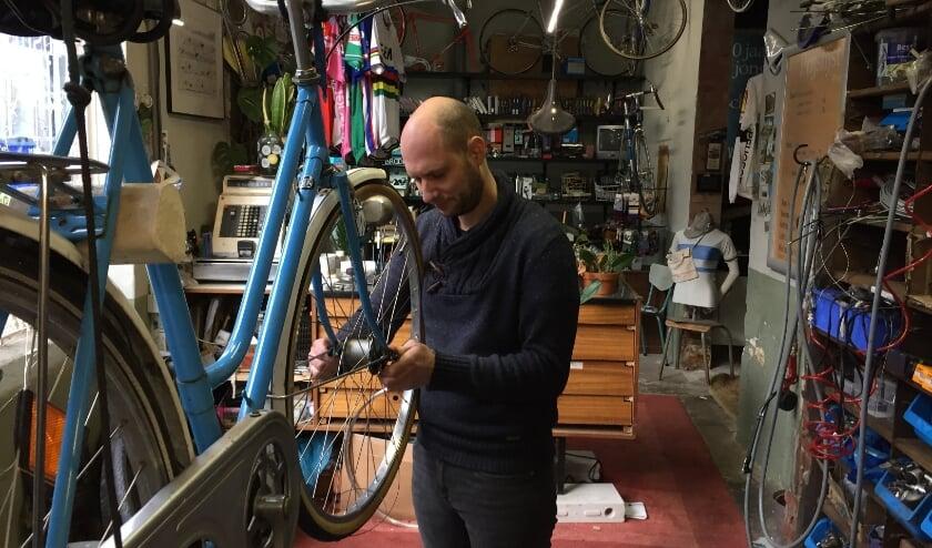 <p>Theon aan het werk in zijn fietsenzaak op Strijp-S. De 35-jarige fietsenmaker is geboren en getogen in Woensel, maar woont momenteel in Valkenswaard.</p>