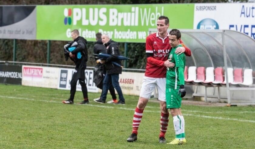 <p>Chiel Nibbeling (links) na afloop van de 3-0 zege op MASV in het laatste competitieduel van vorig seizoen. (foto: Jan Ruland van den Brink)</p>