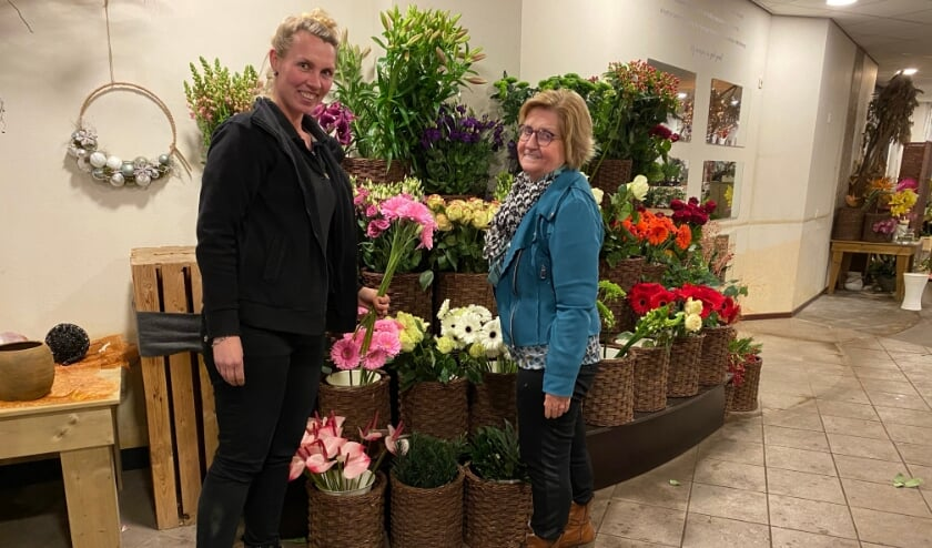 <p>Marielle en Veronica ter Heerdt zullen de klanten missen, nu ze hun bloemenwinkel in Didam sluiten. (foto: Karin van der Velden)</p>