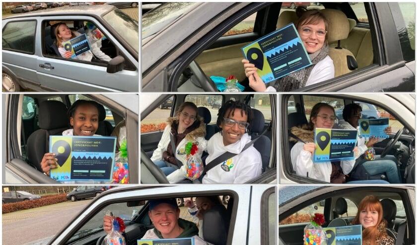<p>Bj een drive through kregen JONG&amp;Politiek-leden Floortje Zwinkels, Jesper Prinsse, Kiki Zwinkels, Lotte van Heijst, Meysam Khalil, Thomas de Bruin en Herma Vlijm hun MDT-certificaat.</p>