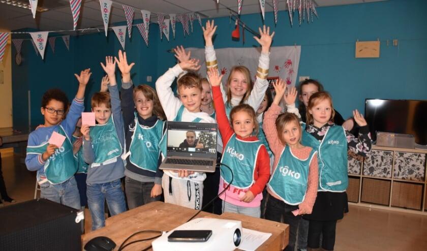 <p>De kinderen van De Tovertuin waren enthousiast over hun lang verwachte meet & greet met Vivianne Miedema (midden). Eigen foto</p>