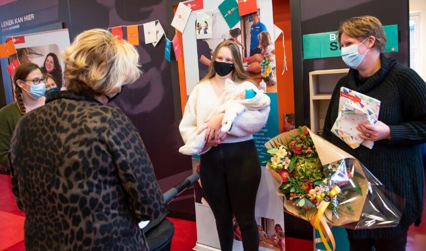 <p>Het vijftigduizendste gezin dat opvoedsteun krijgt van Home-Start, is op 2 december in de bloemen gezet en verrast met een cadeau. (foto: Home-Start / Anjo de Haan)</p>