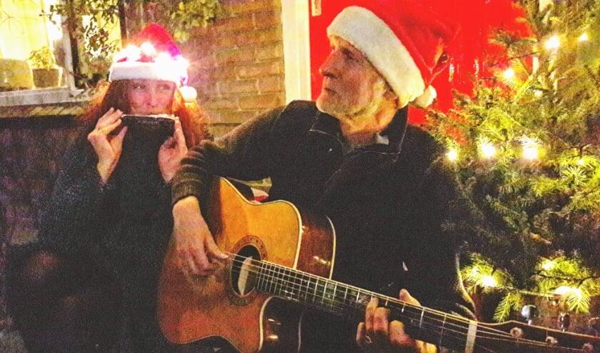 <p>Muziek en zang van Ellen & Peter Bouter, op hun eigen stoep, als voorbereiding op de Kerstnacht in de Groenestraat</p>