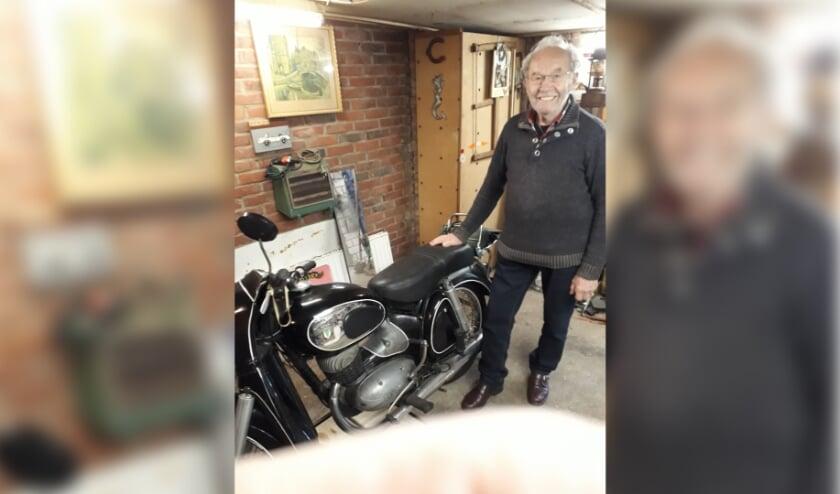 <p>Heini heeft naast DKW-oldtimer ook nog een modern scheuriezer in de schuur staan! (foto: PR)</p>