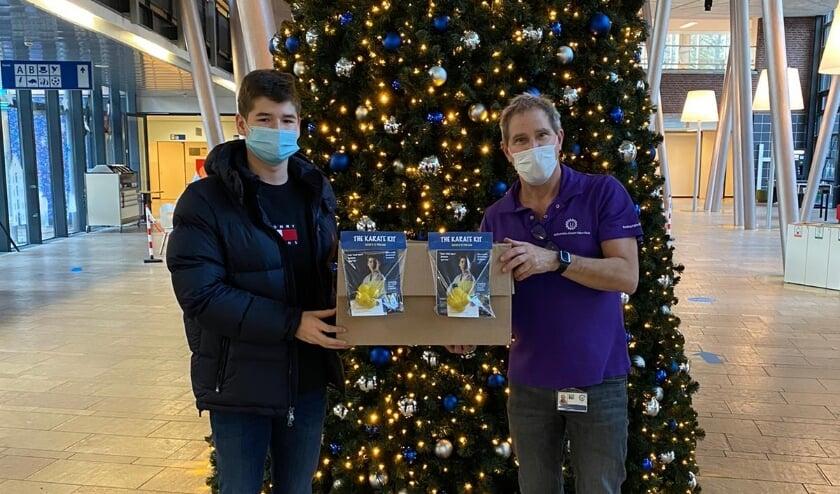 <p>Karateka Floris Sujecki (links) overhandigt zijn Karate Kits in het Wilhelmina Kinderziekenhuis. Foto: Chantal Taal</p>