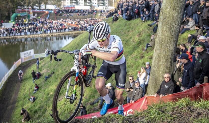<p>De Vestingcross, de Wereldbeker Cyclocross Hulst, wordt op 3 januari 2021, ondanks de landelijke lockdown, toch verreden. Dat gebeurt zonder publiek.</p>
