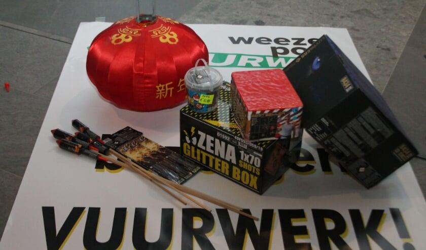 <p>Door het vuurwerkverbod zijn een reclameposter van vuurwerkverkoop en een aantal dummy&#39;s van verpakkingen voor de foto alles wat er van vuurwerk te zien is bij Weezepoel vloeren & wonen. Foto: Leon Janssens.</p>