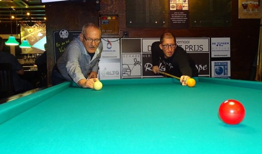 Winnaars Kees Vermeulen (links) en Martin Sturm gezamenlijk in actie in De Kroon.   FOTO: John Baaij