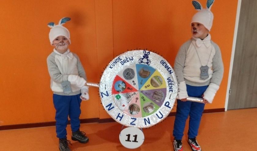 Olivier en z'n vriendje Bjarne kunnen tijdens carnaval hun draai wel vinden.