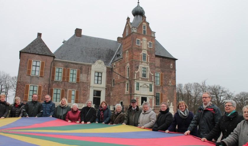 De vrijwilligers van buitenplaats Cannenburch, een bijzondere plek om te werken. Voor werkzaamheden binnen en buiten worden nieuwe vrijwilligers gezocht.