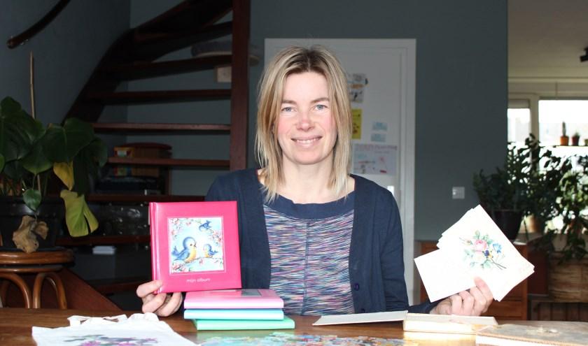 """""""Poeziealbums gaan een leven lang mee"""", vindt Linda van Regenmortel. Links een modern album en rechts een van tweehonderd jaar geleden."""