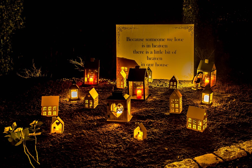Gedichten en lichtjes bieden bezoekers troost. Foto:Lichtjesavond in Pernis. Foto: Alex Bussenius Foto: LEXIE46pictures © DPG Media