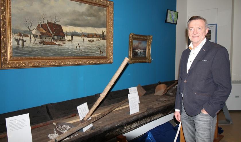 Theo van Hardeveld bij de originele aak in Museum Veenendaal. (Foto: Marco Diepeveen)