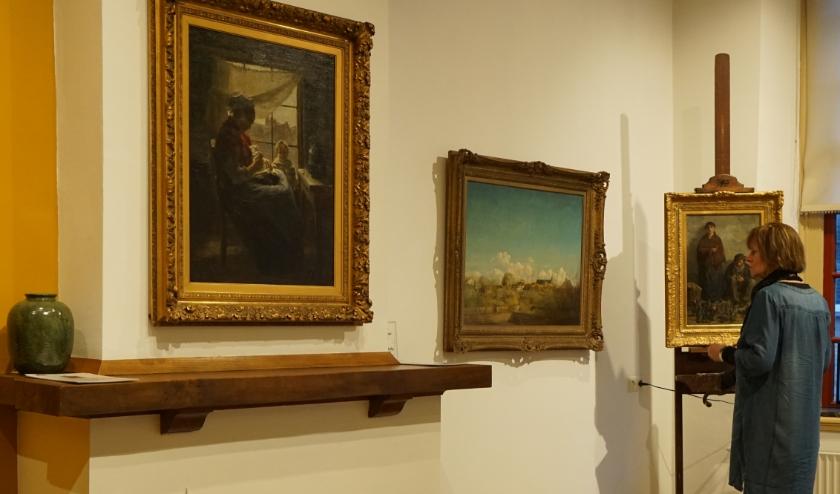 'Armoede' hangt prominent boven de schouw in de Voerman-senior-zaal. Geheel rechts is op de ezel is de andere nieuwkomer 'De Schoenlappers' te zien. (Foto: Voerman Museum Hattem)
