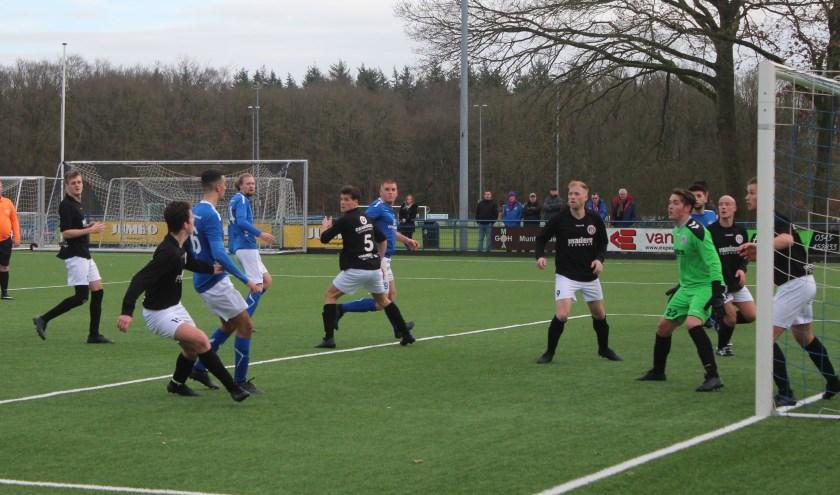 DVSA in de aanval op het doel van VVA Achterberg. Ook deze aanval leverde geen doelpunt op voor de thuisploeg. (Foto: Henk Jansen)