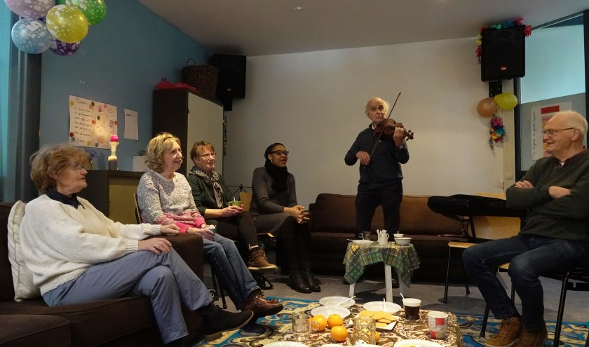 Tijdens de viering van het lustrum pakte trouwe bezoeker Joep zijn viool erbij. Samen werd er gezonden en gevierd.