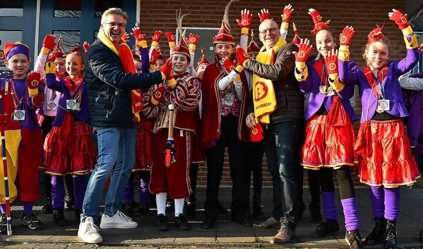 De jeugdraad van elf en de hofdames nemen met veel enthousiasme de handschoenen in ontvangst. (foto: Ab Hendriks)