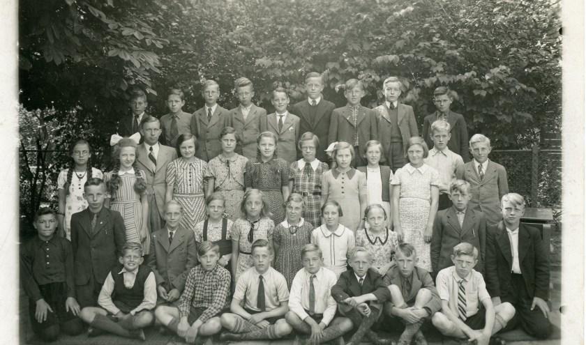 Een klassenfoto uit de jaren '30 van de Boerselandseschool. Door Gerda van Kruistum onlangs geschonken aan de vereniging Oud Veenendaal. De andere foto's komen ook in het verhaal ter sprake.