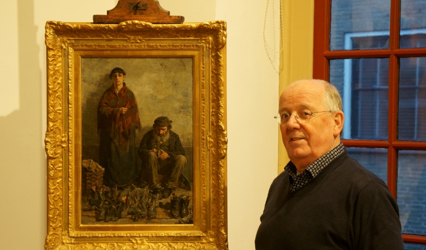Bertus van 't Holt bij 'De Schoenlappers', het schilderij dat is aangekocht op een veiling in Zweden. (foto: Voerman Museum Hattem)