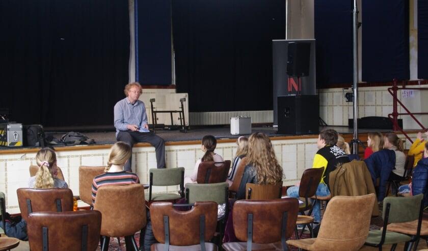 <p>Bj&ouml;rn legt uit wat de bedoeling is, tijdens een les/repetitie begin dit jaar. &nbsp;(Foto: A. van Ipenburg)</p>