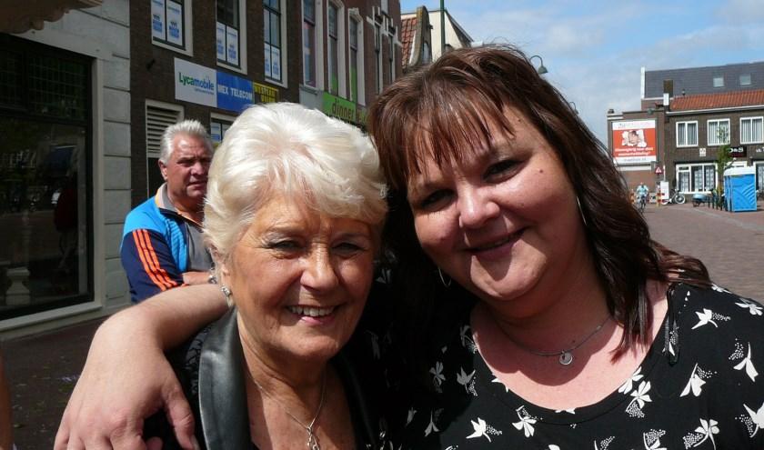 Zangeressen Rita Young (links) en Sandy Struijs blijven zich ook na het stoppen van de Hoogvlietse steppers inzetten voor de stichting Villa Joep. Foto: Joop van der Hor
