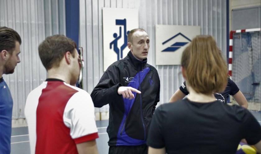 """Steven Brink geeft instructies tijdens de training bij Dindoa. """"Spelers zijn intrinsiek gemotiveerd."""" (foto: Dindoa)"""