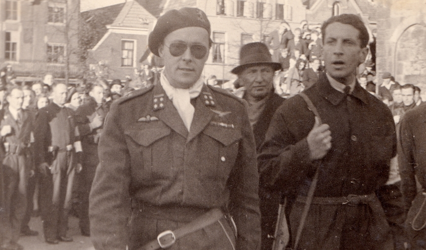 Prins Bernard als hoofd van de binnenlandse strijdkrachten op de Oude Markt in Enschede op 8 april 1945. (Foto: Henk Brusse)