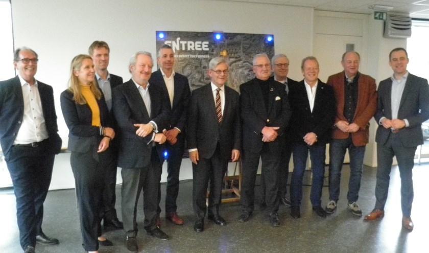 De eigenaren en burgemeester Aptroot gaan samenwerken aan De Entree. Foto Kees van Rongen