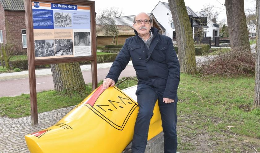 Harrie van Vroenhoven bij Bestse klomp op de plek voormalige klompenfabriek. Foto: Marijke Vermeulen.