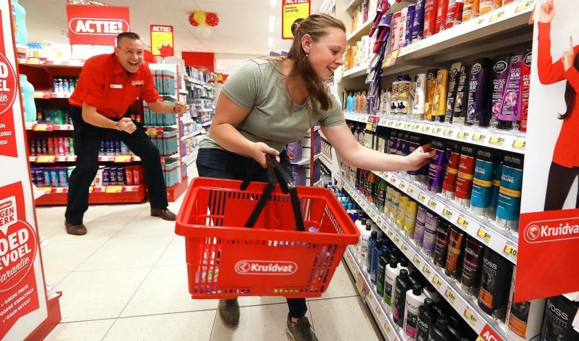 Gratis winkelen bij de opening van het Kruidvat-filiaal in Veenendaal oost. (Foto: archief)