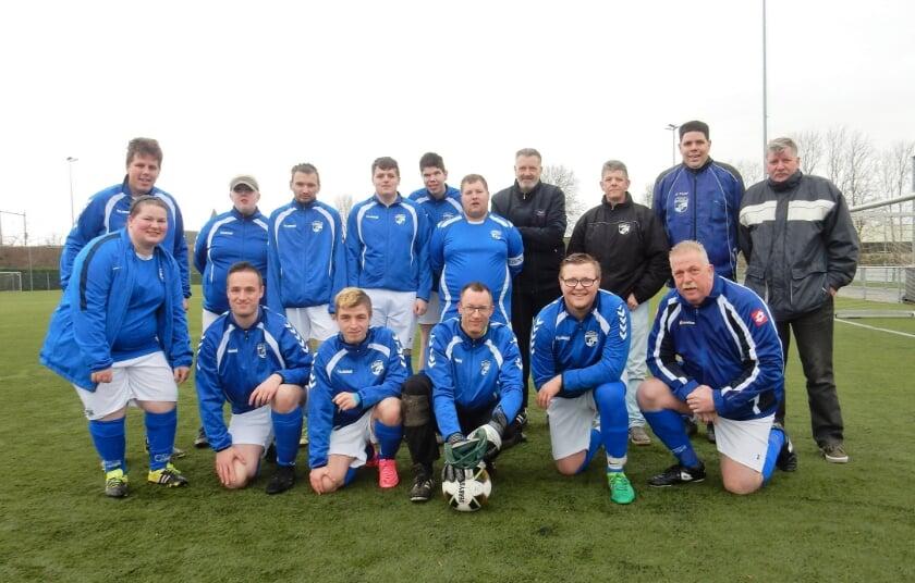Het G-team van Sportclub Westervoort. Staand rechts de begeleiders, met als meest linkse Geurt van Loenen.